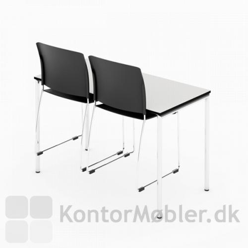 Delta kantinebord i 60x120 cm med stoleophæng og hvid bordplade