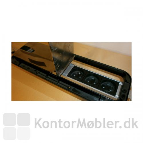 Elpanel til konferencebord - Her med sorte stik i kabelgennemføring med forkromet klap