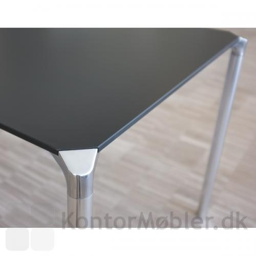 Jump cafébord med sort bordplade og alu ben