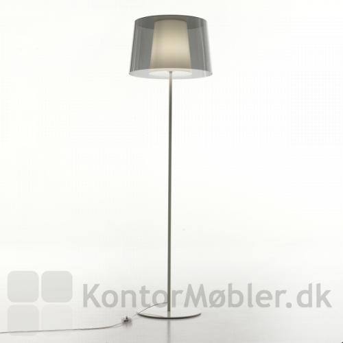Minimalistisk standerlampe med yderskærm i transparent grå