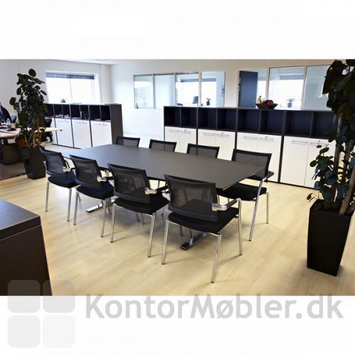 240 cm mødebord med Skin stole - her i sort linoleum