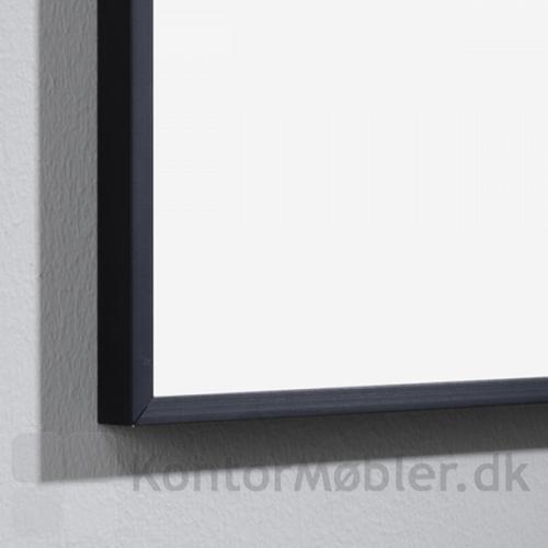 ONE whiteboard med sort ramme