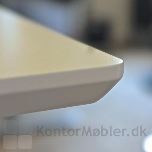 Close up af kant-profil på Delta bord - Her i hvid laminat