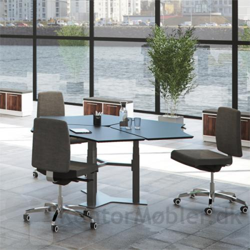 Delta enkelt-søjlet bord opstillet i gruppe med tre borde