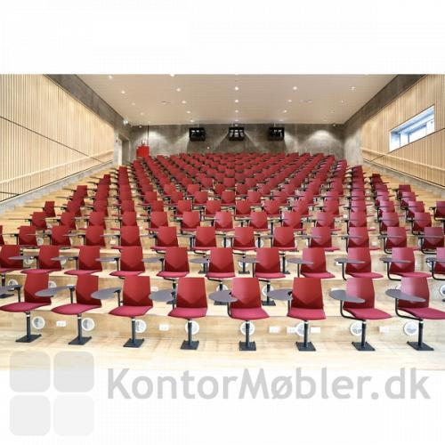 Four Cast´2 Audi med rød skal i et auditorium