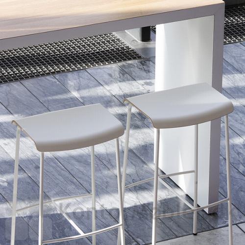 Pause barstol med hvidt sæde og hvidt stel