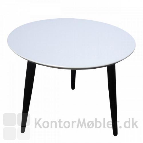 Rund loungebord med tre koniske ben i sortlakeret ege