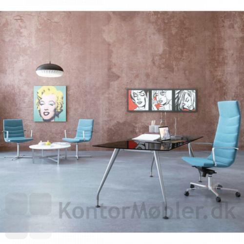 Shiny Basic mødestol kombineret med Shiny Multi kontorstol giver kontoret ensartethed