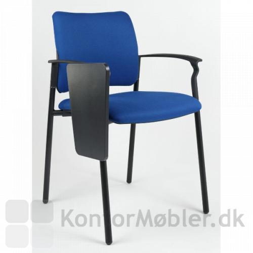 Når skrivepladen til Rocky mødestol ikke bruges, kan den klappes ned til siden