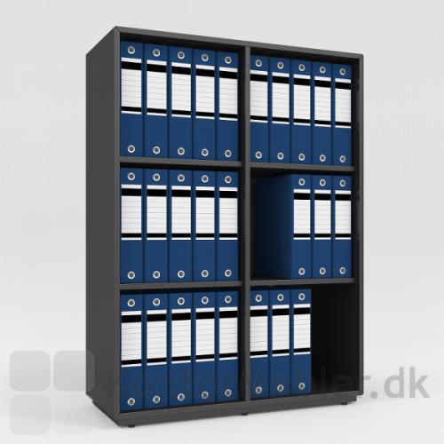 Skab i sort med 6 rum og pladesokkel