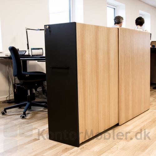 Delta 2.0 udtræksskab i åbent kontormiljø, kan være med til at afskærme den enkelte arbejdsplads