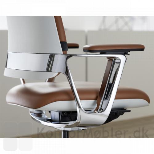 Connex2 konferencestol har poleret aluminiums stel, her valgt med armlæn i poleret aluminium