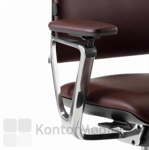 Armlænet på Connex2 konferencestol, kan justeres 11 cm i højden og følger med, når man læner sig frem eller tilbage