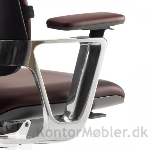Connex2 konferencestol med armlæn i poleret aluminium. Armlænet kan reguleres 11 cm i højden, 4 cm frem og 2,5 til siden