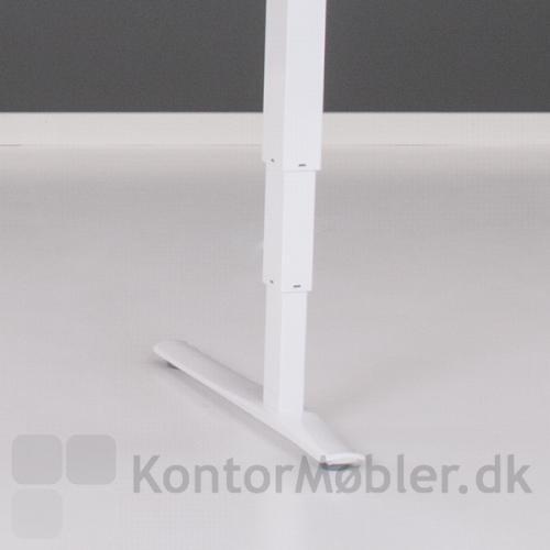 Conset 501-43 hæve sænke bord har tre-leddet stel, stellet kan vælges i farverne hvid, sort eller sølv
