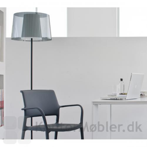 Standerlampen har et let og minimalistisk design