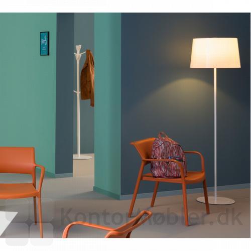 Look gulvlampe giver venteværelset et blødt lys