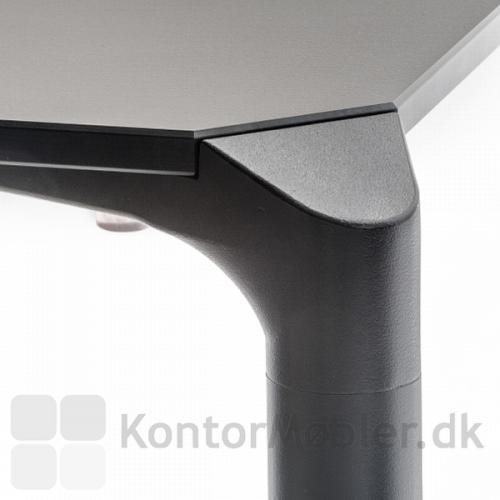 Jump bordets bordben, afsluttes elegant med den skrå vinkel ind til bordpladen