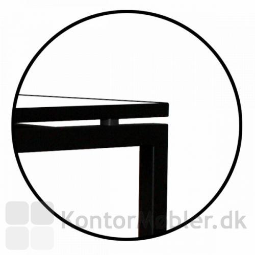 Square bordet har afstandsstykker under bordpladen, hvilket giver bordet et let udseende