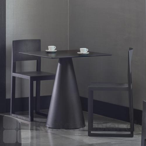 Ikon 865 bord i sort, med kvadratisk bordplade