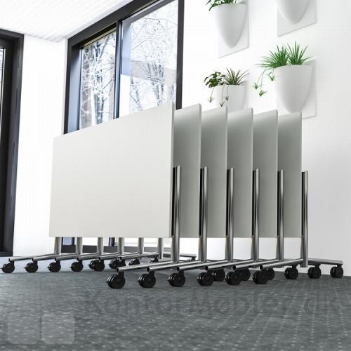 Flip top bordene har hjul, hvilket gør dem nemme at håndtere