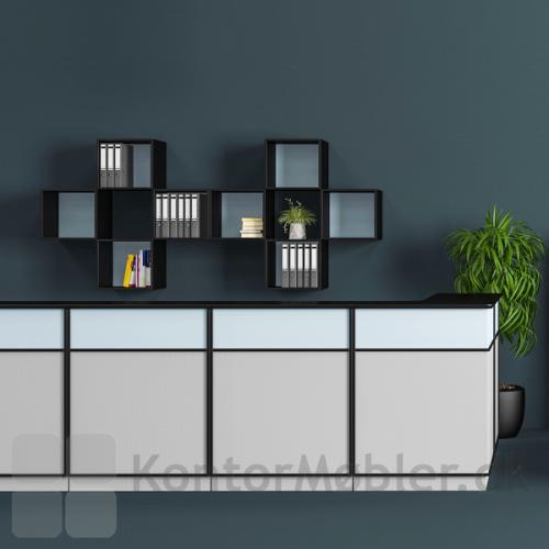 Delta 2.0 skrankemoduler til reception, her kombineret med bogkasser på vægges