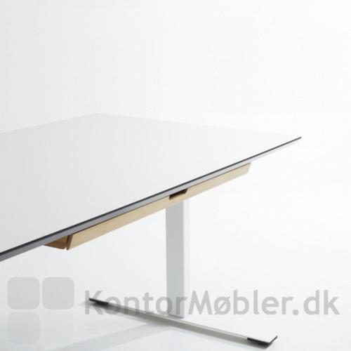 Udtræksbakke i bambus monteret på hævesænkebord