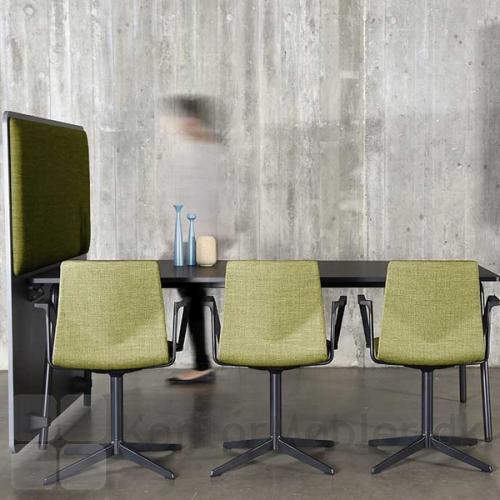Four Cast´2 Evo mødestol kombineret med Four Real bord og RinR rumdeler