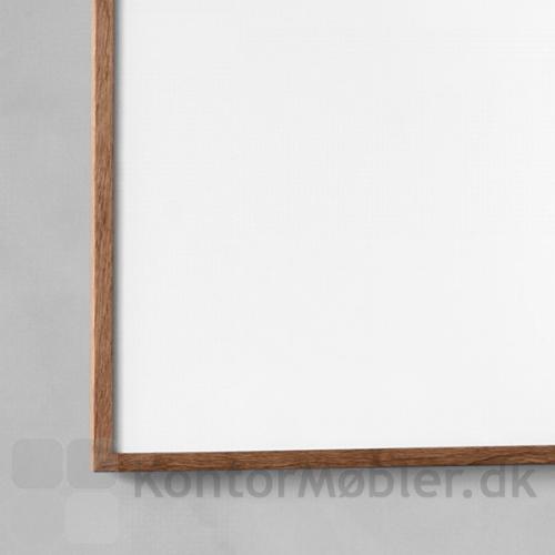 Wood whiteboard har en massiv ramme i eg og gerede hjørner