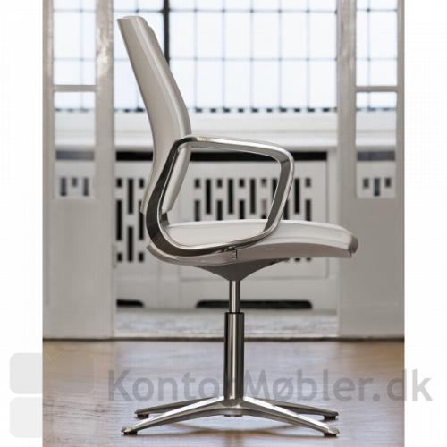 Moteo Style konferencestol i hvid med silver armlæn og poleret aluminiums stel med 4 ben