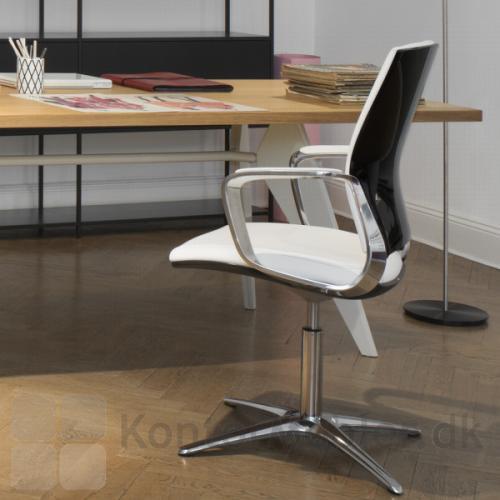 Moteo Style konferencestol med sort højglans ryg og silver armlæn