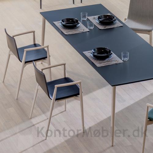 Malmö mødebord med udtræk. Bordplade i sort laminat, ben i lys ask