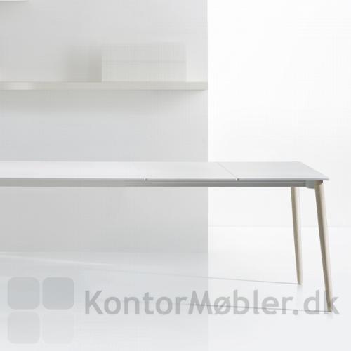 Malmö udtræksbord med to plader, giver en bordlængde på 290 cm