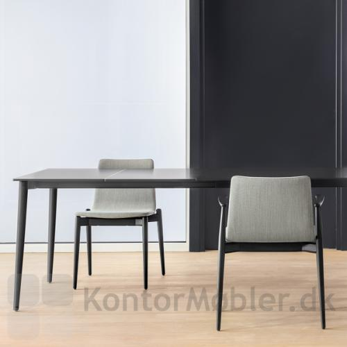 Malmö mødebord i sort ask med to udtræksplader. Malmö stolen passer godt til bordet