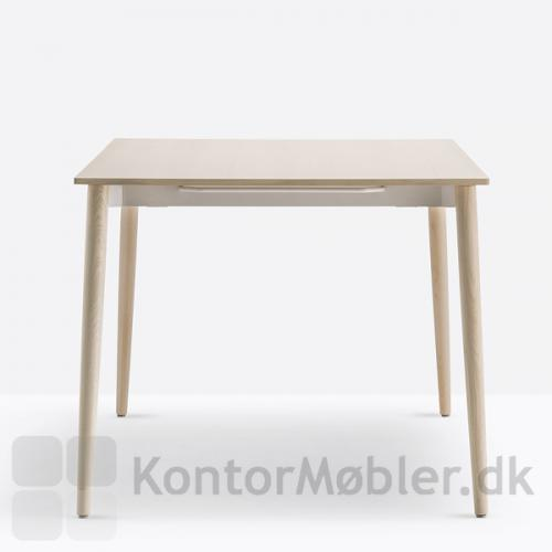 Malmö udtræksbord med håndtag til udtræk. Bredden på bordpladen er 90 cm