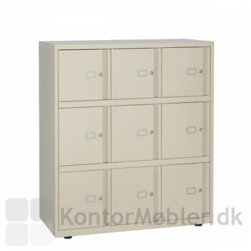 Lockers med 9 rum i beige. Højde 114,9 cm bredde 100 cm og dybde 47 cm