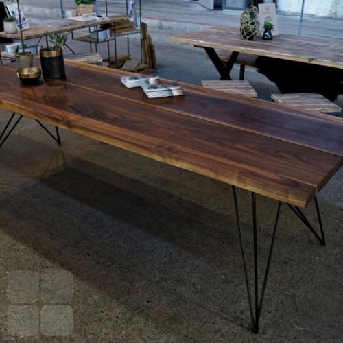 Mani Pine bord med sorte spiderben. Kontakt os for pris for denne bordplade