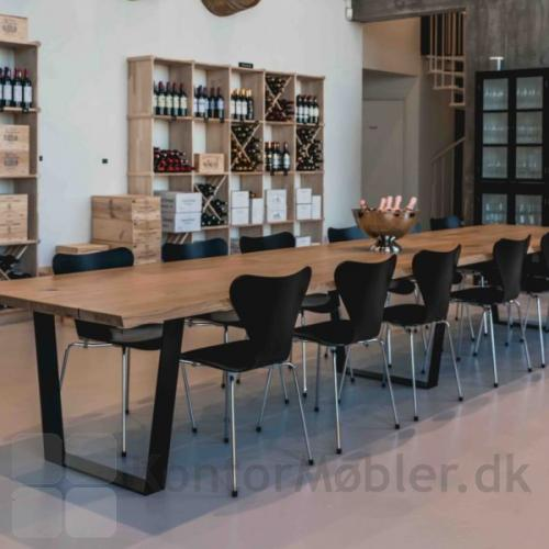 Mani Pine langbord med sorte trapezben - bordet er 5 meter langt