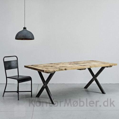 Mani Pine bord med special produceret bordplade af 200 år gammelt egetræ og ben i rå stål. Kontakt os for pris