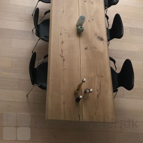 Spisebord fra Mani Pine, bordpladen har træets naturlige struktur. Alle bordplader er unikke, ikke to er ens