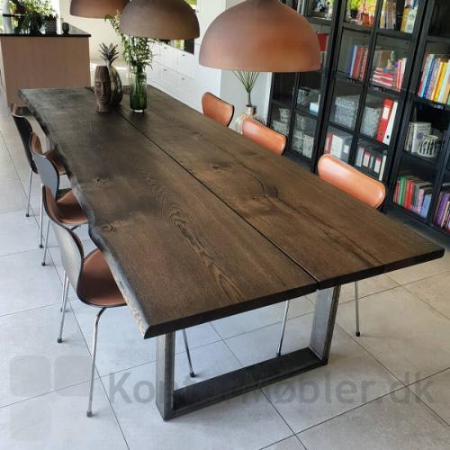 Mani Pine mødebord med massiv egetræsbordplade som er sort olieret og hertil er der valgt boksben