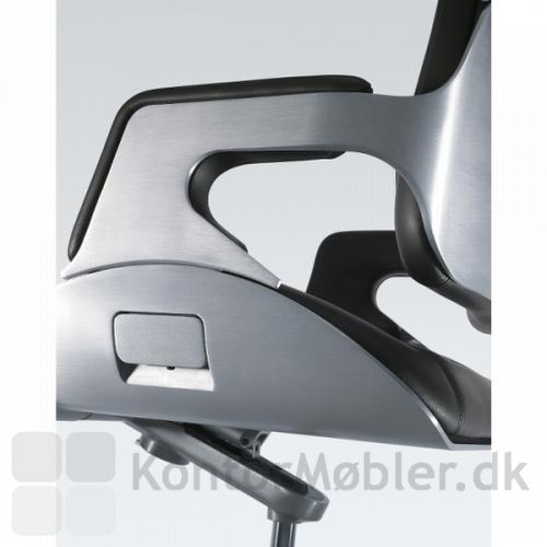 Silver kontorstol har greb i sædet til justering af sædehøjden