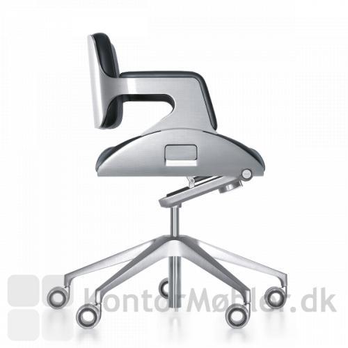 Silver gæstestol med integreret højde justering i sædet og vægtjustering under sædet