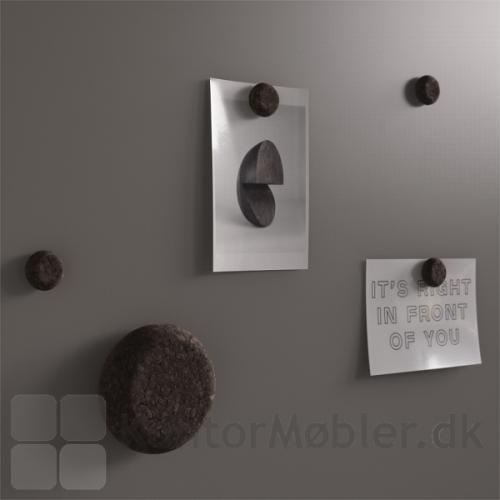 Mood Silk glastavle med mørke kork magneter og tavlevisker