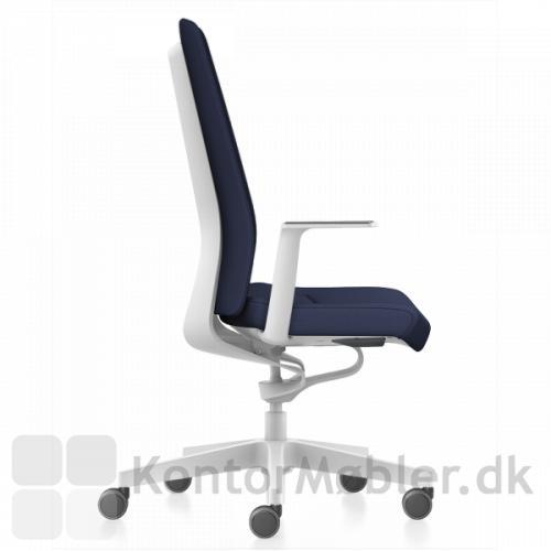 Pure kontorstol med hvidt stel, standard armlæn og polstret ryg