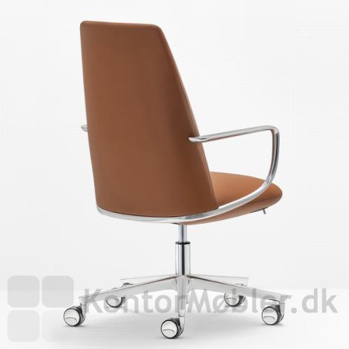 Elinor mødestol med armlæn, armlænet er støbt i et stykke