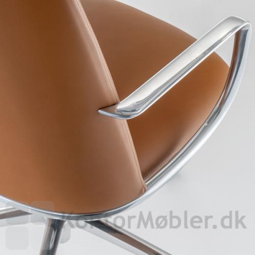Elinor mødestol har et slankt armlæn, støbt i aluminium