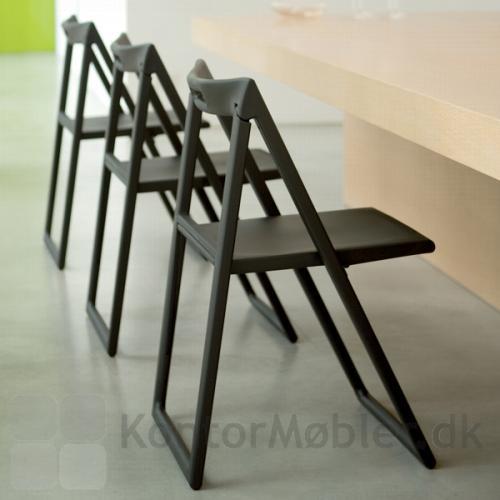Enjoy stolen er enkelt og nem at håndtere, hvis der mangler en siddeplads