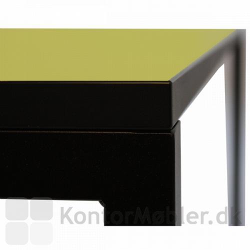 Udsnit af O-bordet med sort kantbånd