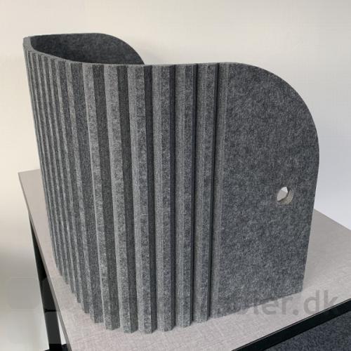 Sofia bord skærmvæg er produceret i filt i farven antracit grå